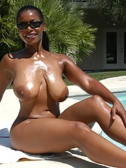 Nude black mom Semmie Desuora stripping and buffing clit..
